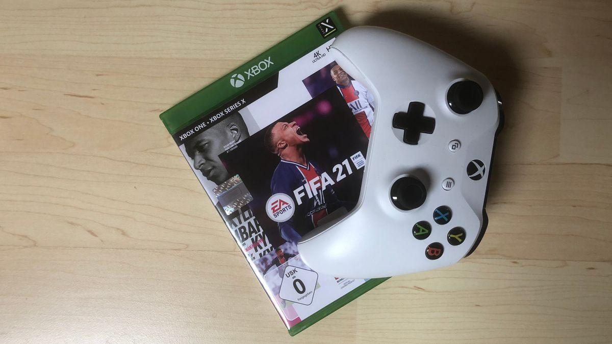 Xbox-Controller mit FIFA-21-Spiel