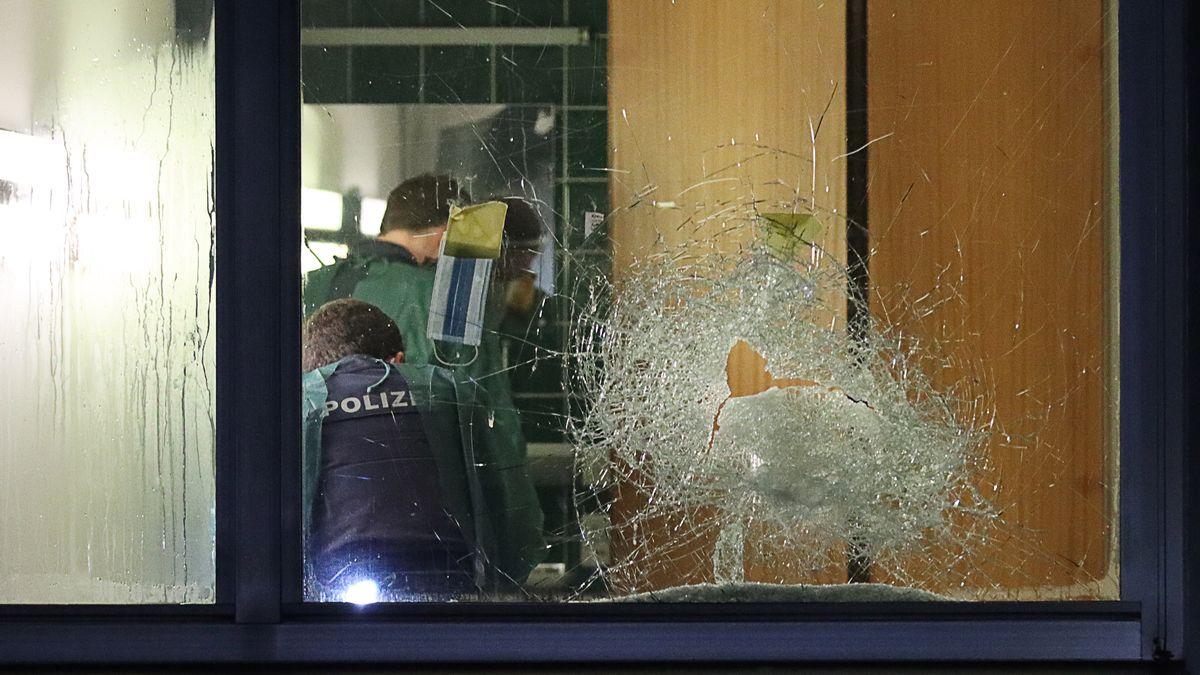 Polizeieinsatz in einem Patientenzimmer des BKH Günzburg - Blick durch zerschlagene Scheibe