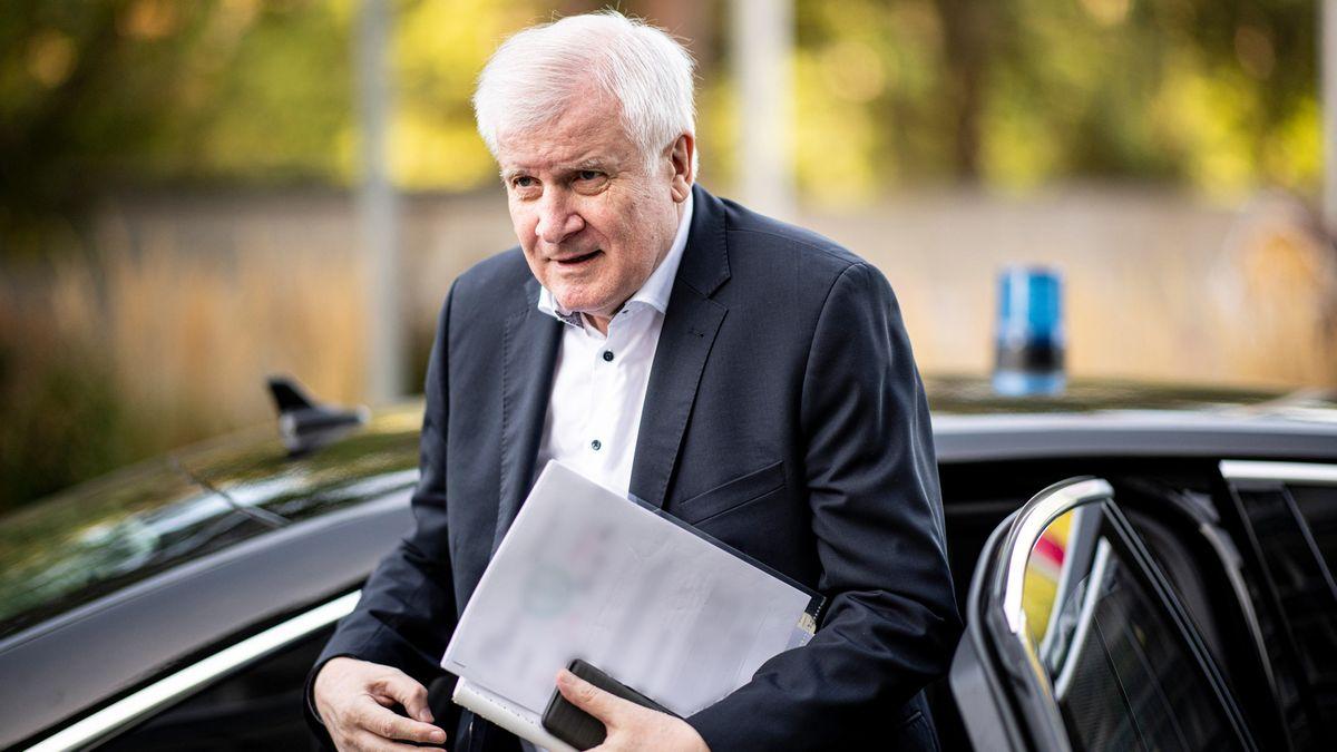 Bundesinnenminister Horst Seehofer (CSU) mit Papieren in der Hand