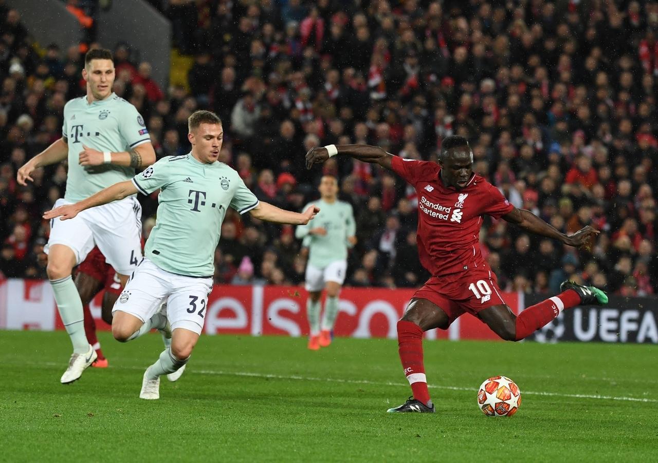 Niklas Süle und Joshua Kimmich sowie Sadio Mane von Liverpool kämpfen um den Ball.