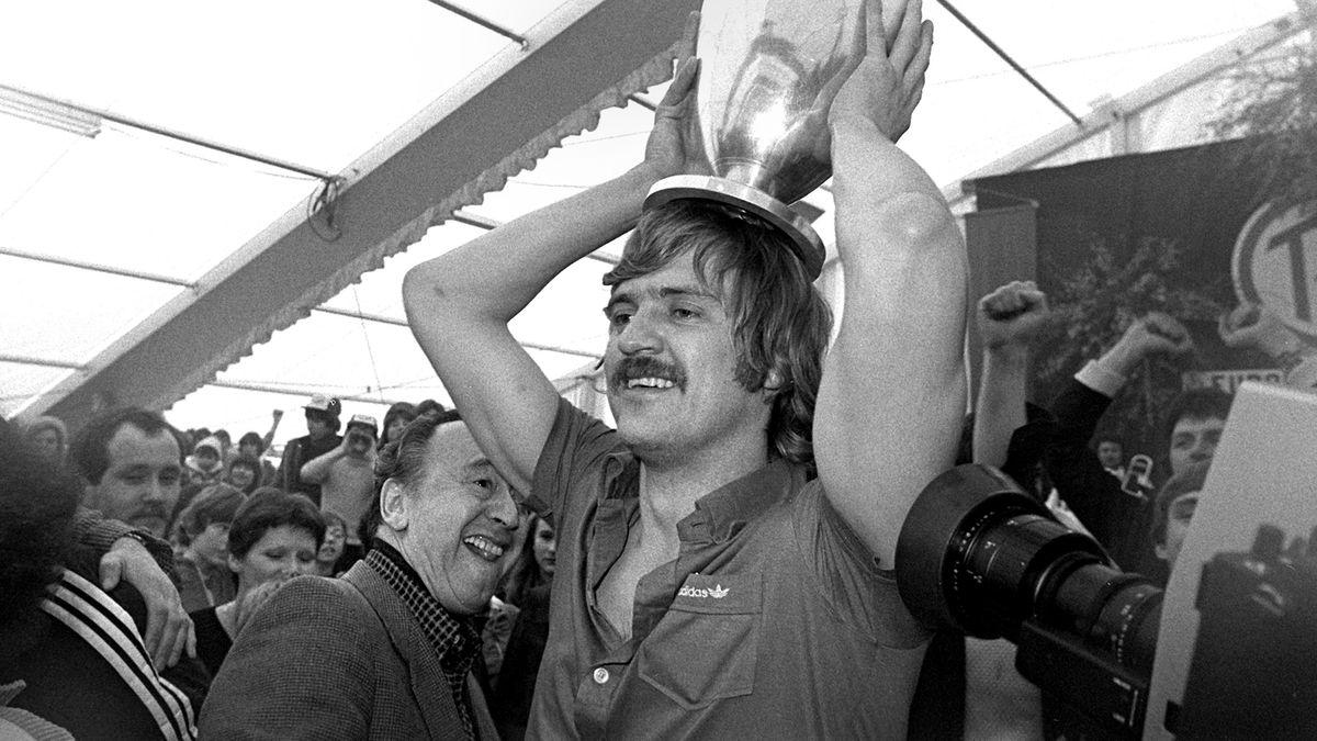 Kurt Klühspiess vom TV Großwallstadt mit dem Europapokal 1979