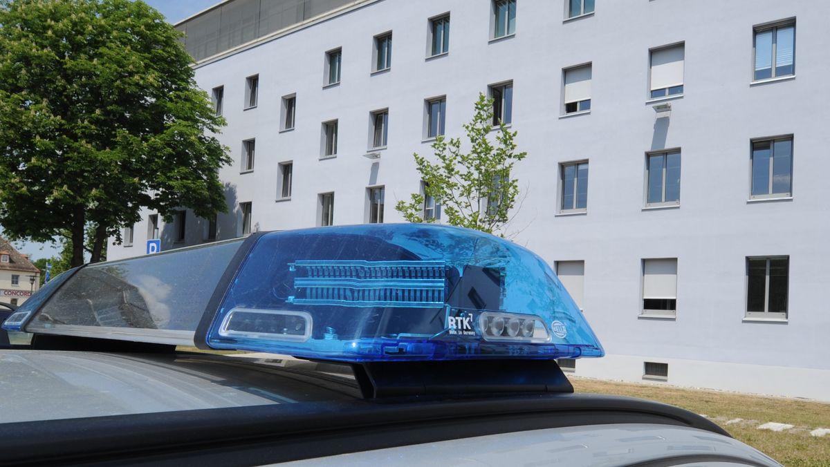 Ein Blaulicht auf dem Dach eines Polizeifahrzeugs vor dem Polizeipräsidium Oberpfalz in Regensburg.