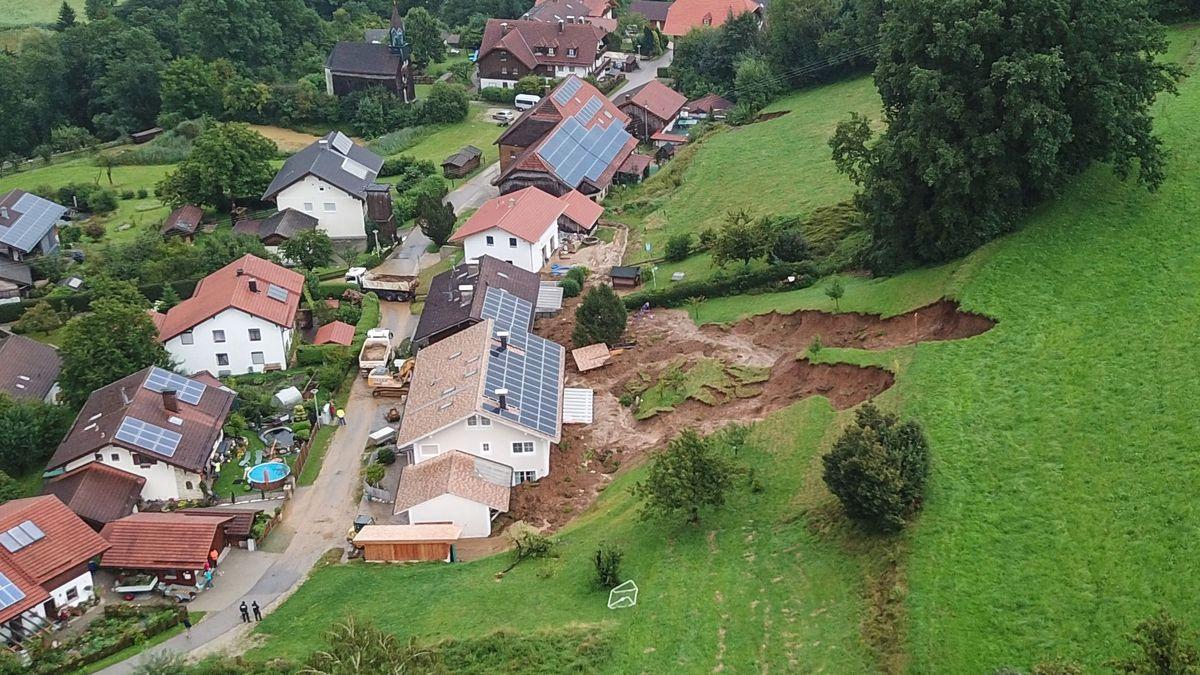 Hangrutsch im Berchtesgadener LandI- in Vachenlueg, einem Ortsteil von Anger wurden vier Doppelhaushälften zum Teil schwer beschädigt