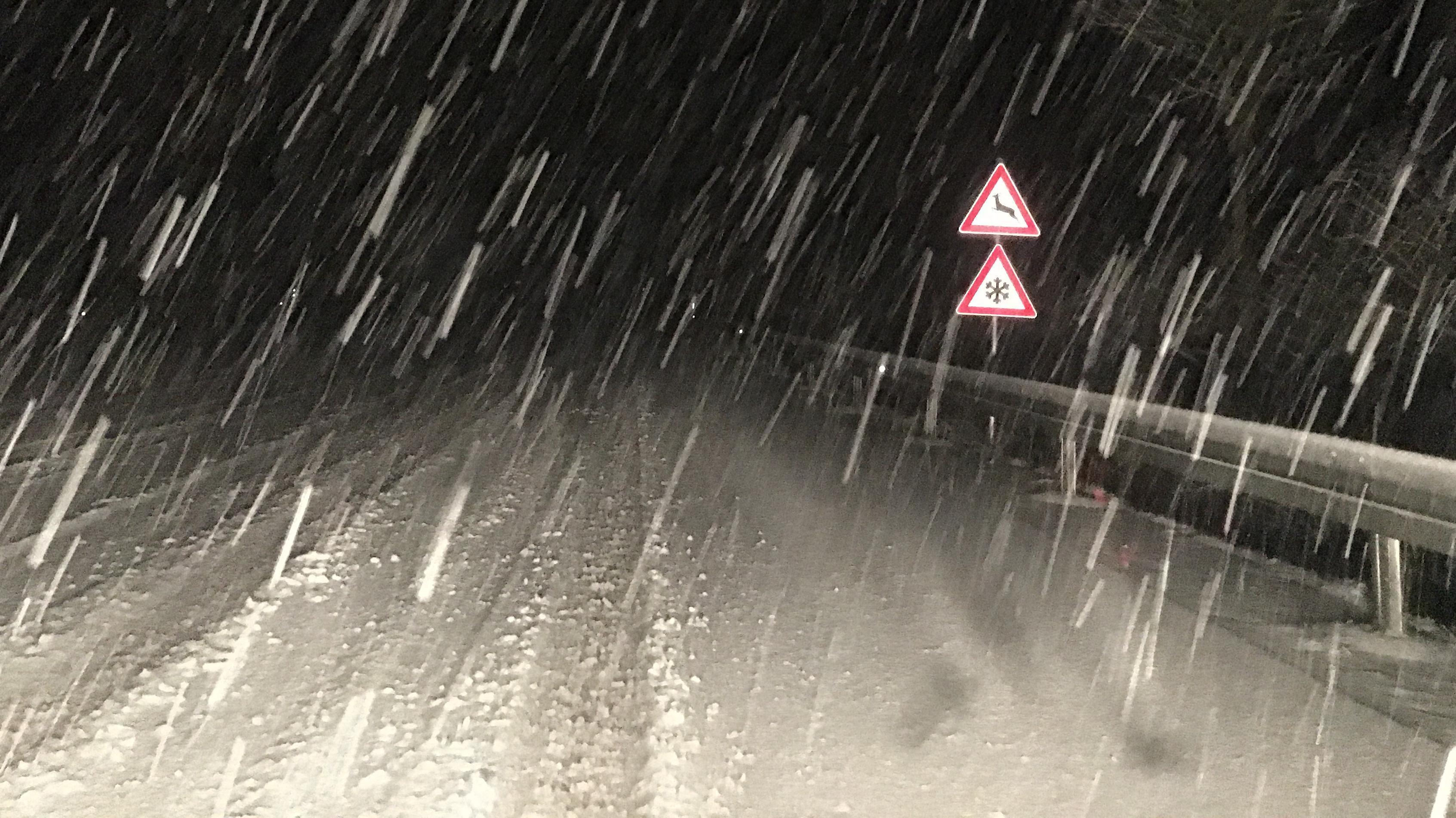 Verschneite Straße in Niederbayern