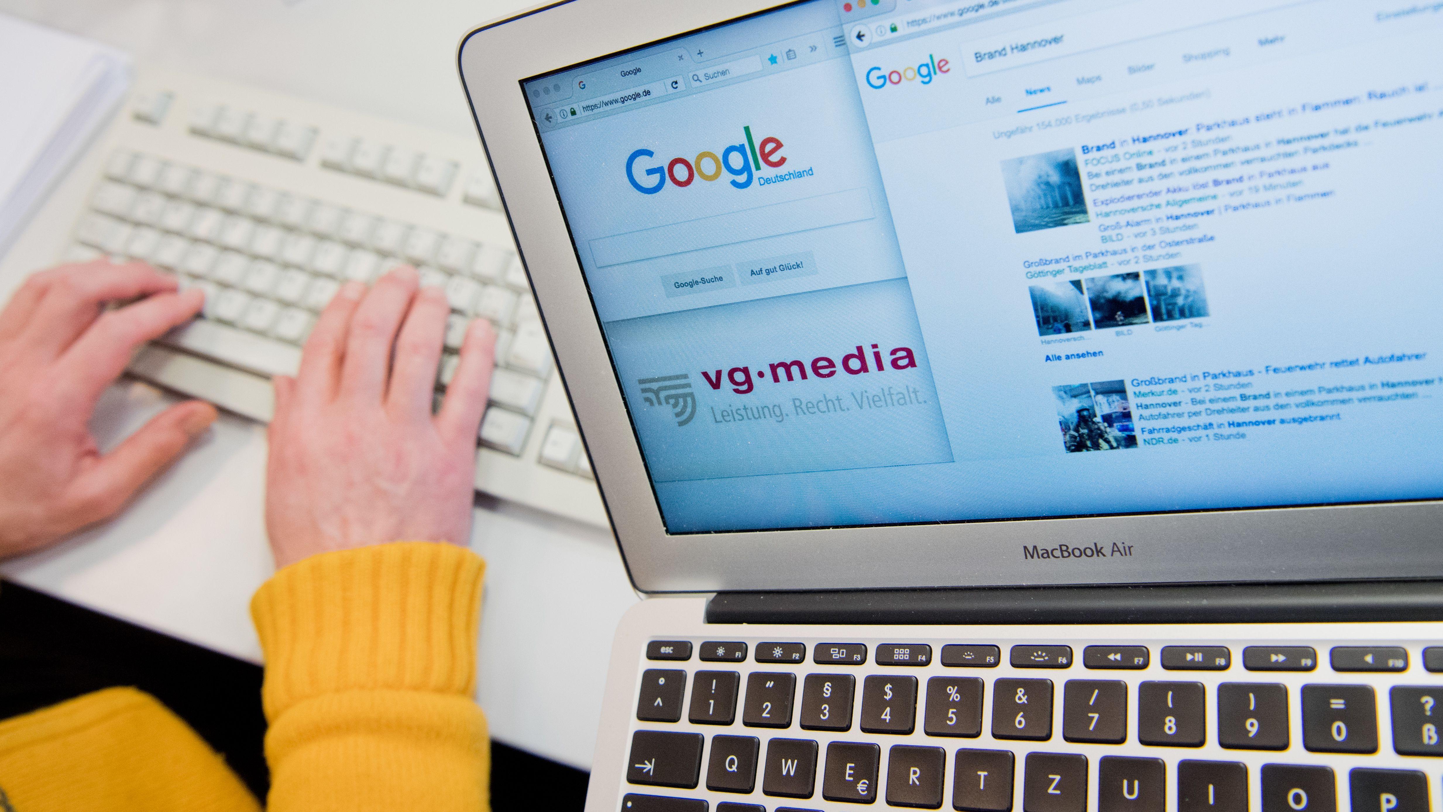 Ein Laptop mit den Internetseiten von Google und der VG Media