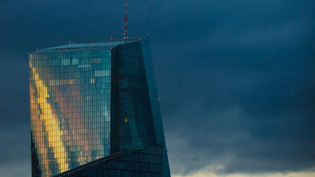 Das Licht der untergehenden Sonne spiegelt sich in der Glasfassade der Europäischen Zentralbank (EZB)