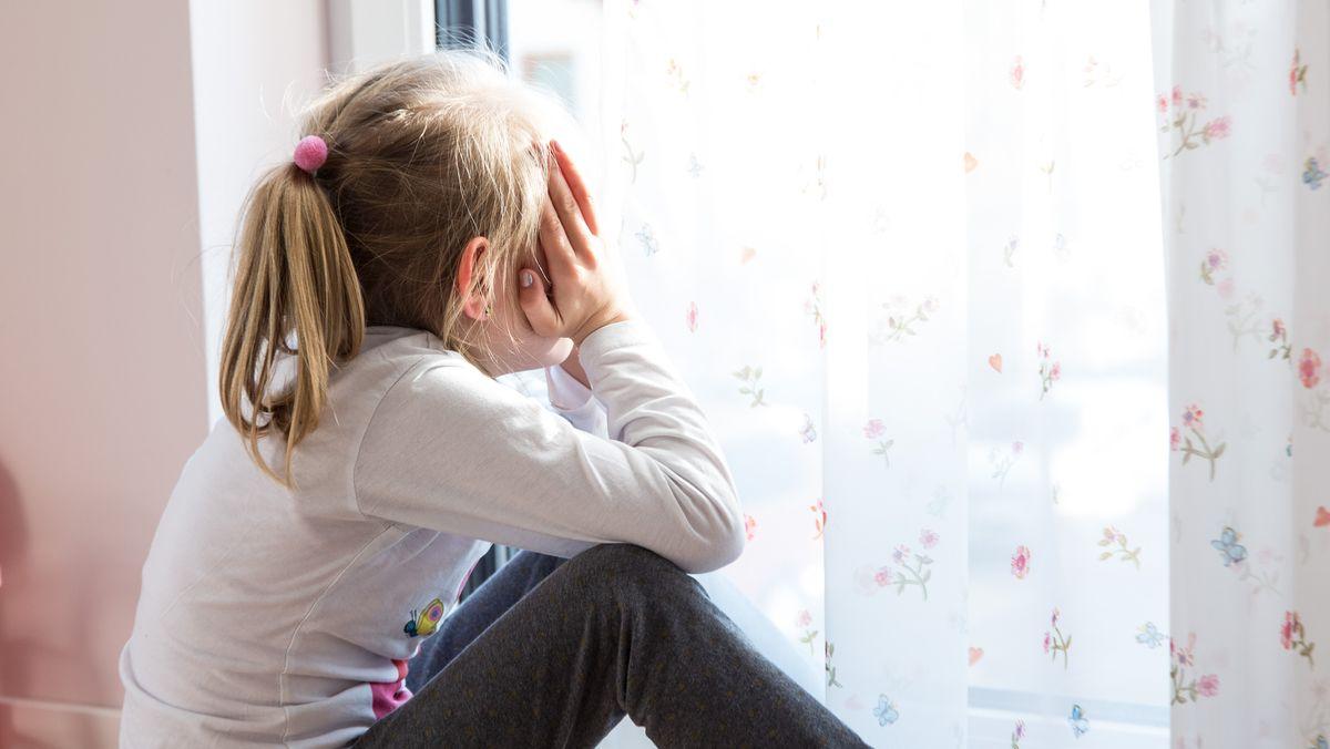 Symbolbild: Einsames Kind am Fenster