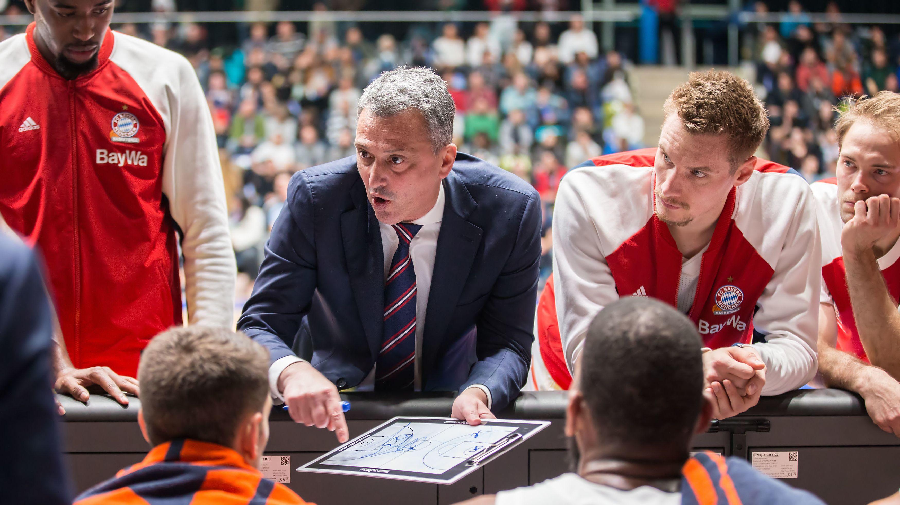 Teambesprechung mit Bayerns Cheftrainer Dejan Radonjic.