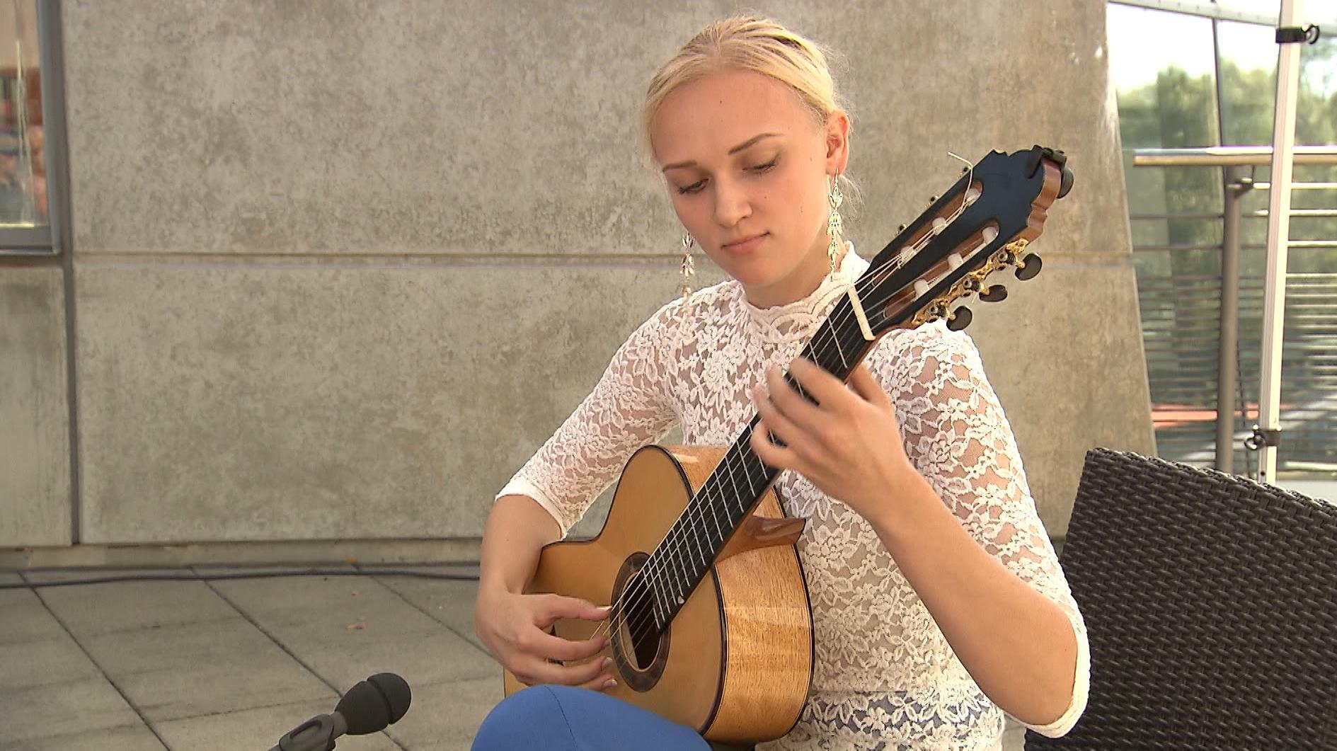 Gitarrenspielerin auf dem Hersbrucker Gitarrenfestival