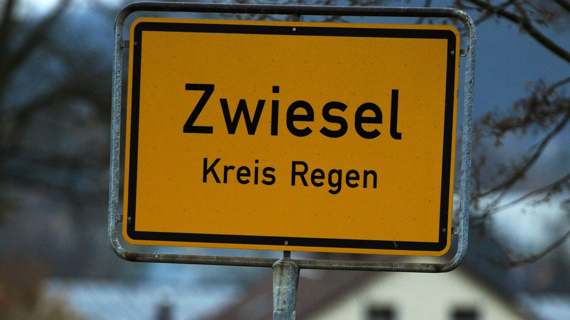 Das Ortsschild von Zwiesel (Niederbayern) - wo das Finanzamt mit einer Außenstelle des Landesamts für Steuern aufgewertet wird