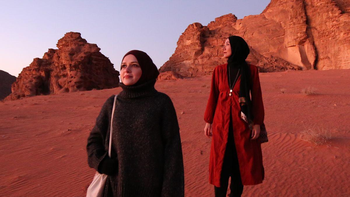 """Eda und Cinnet vom Reise-Blog """"Hijabis on tour"""": Zwei Frauen mit Hijab stehen in der Wüste"""