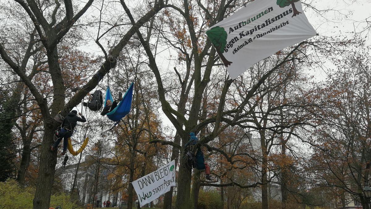 Protestierende im Würzburger Ringpark