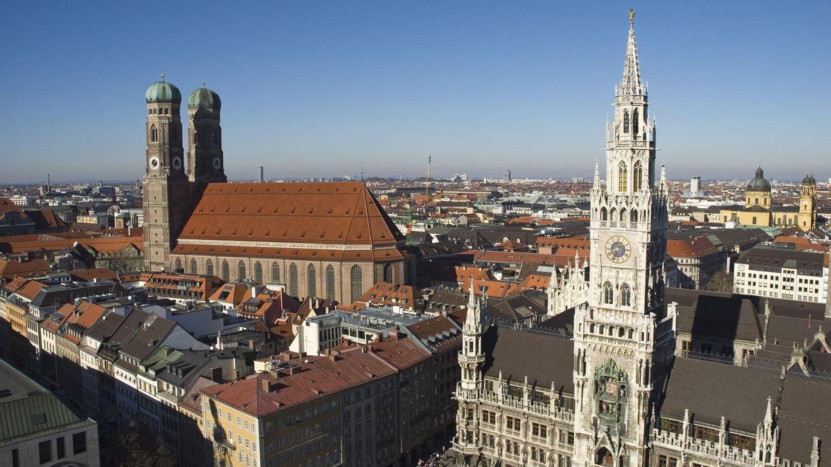 Blick vom Alten Peter auf das Rathaus und Frauenkirche in München