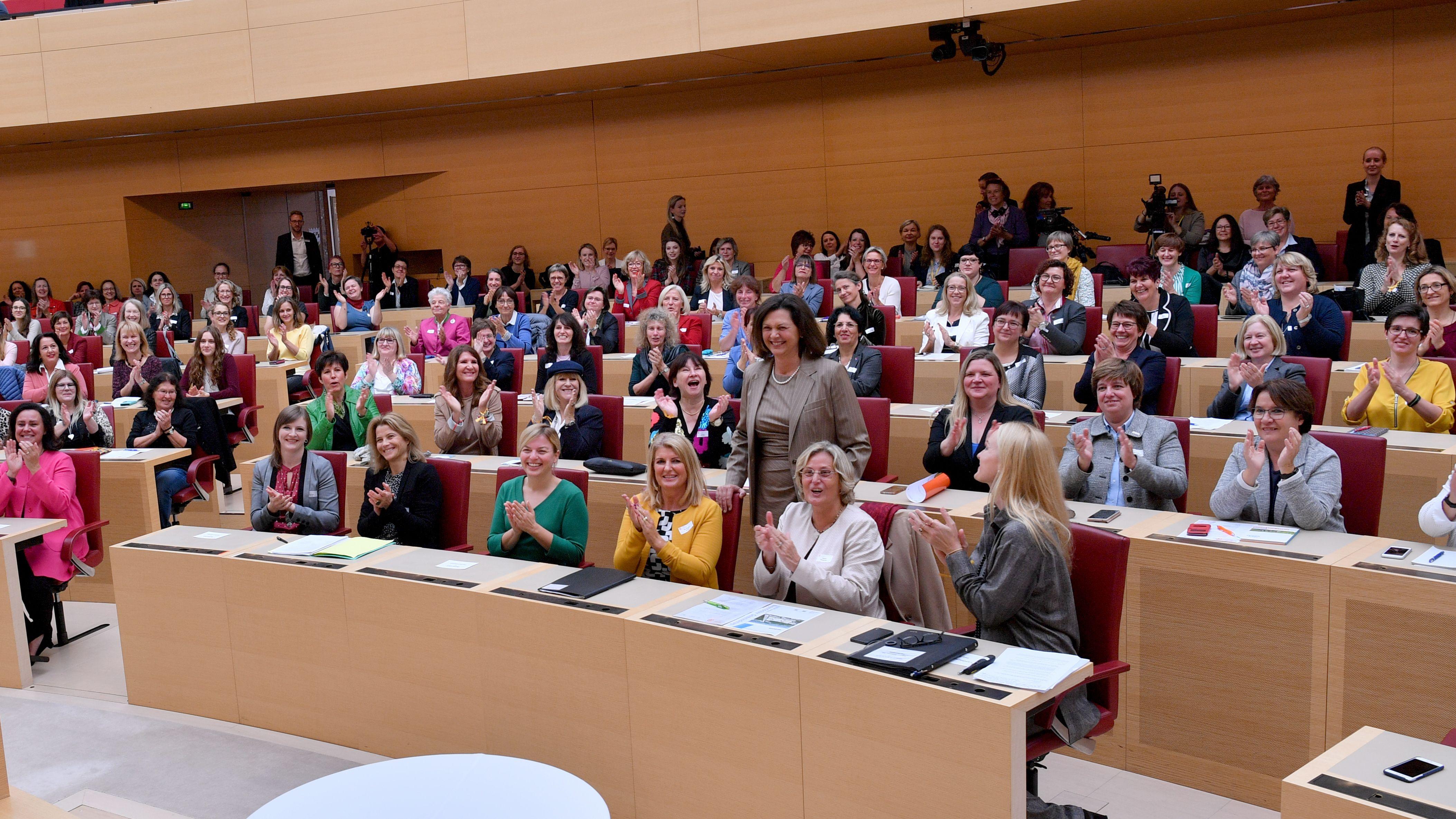 """München: Ilse Aigner (M, CSU), bayerische Landtagspräsidentin, steht zu Beginn der Konferenz """"Frauen im Parlament"""" mit Teilnehmerinnen für einen Foto zusammen im Plenarsaal des bayerischen Landtags."""
