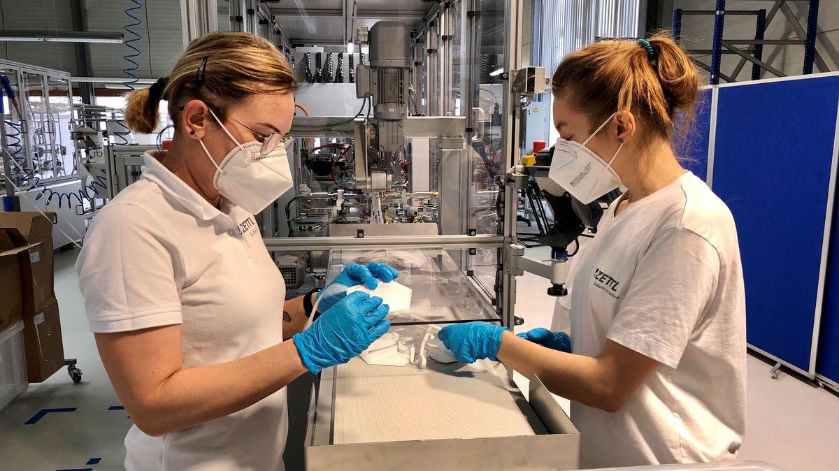 Zwei Mitarbeiterinnen der Firma Zettl fertigen FFP2-Masken an
