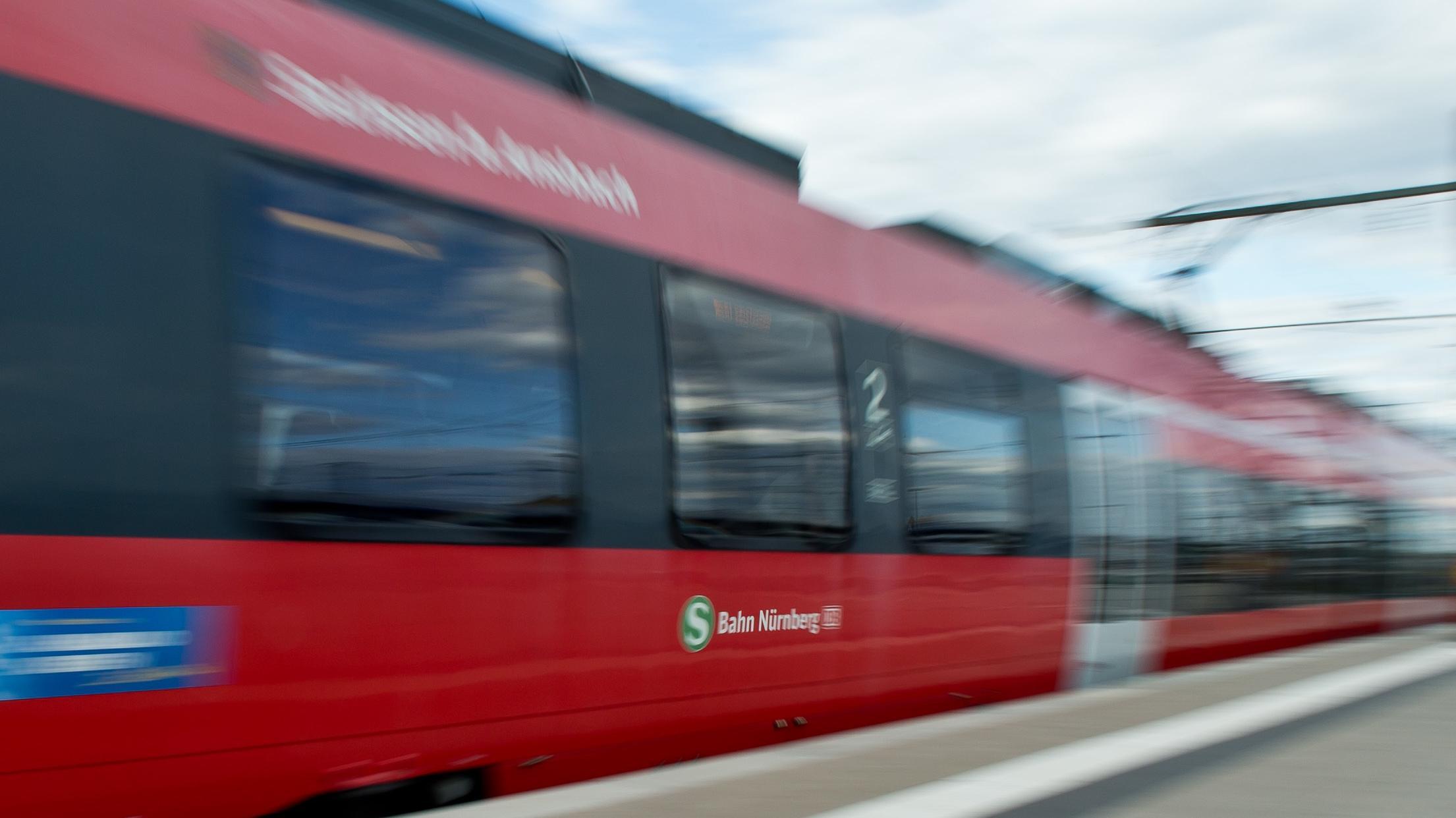Vorbeifahrende S-Bahn Nürnberg
