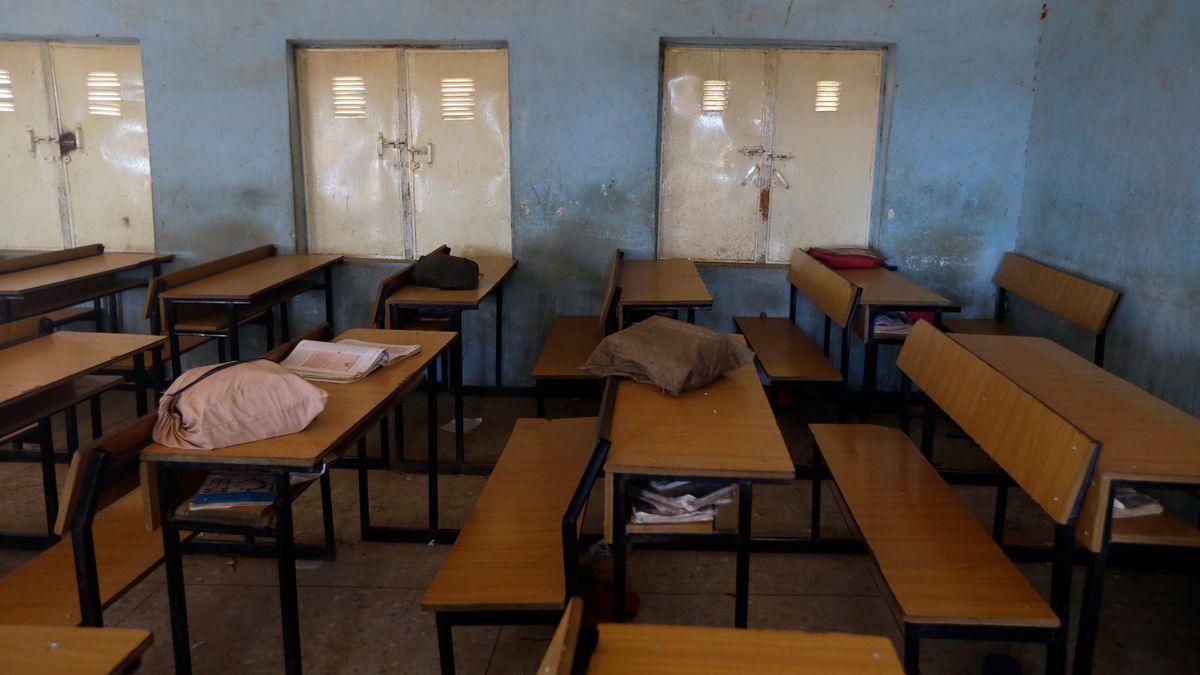 Raum in einer nigerianischen Schule. Auf den Tischen liegen Schulranzen und Rucksäcke. In Nigeria sind Schüler entführt worden.
