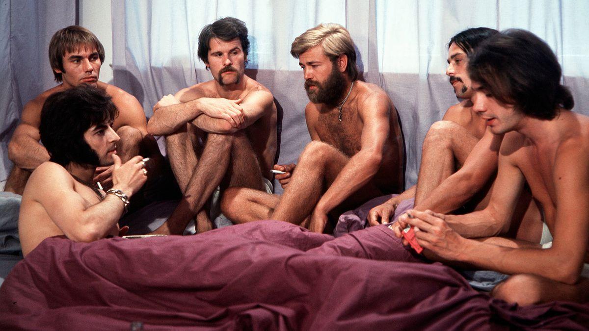 Szene aus Rosa von Praunheims Film: Nackte Männer sitzen zusammen, rauchen und unterhalten sich