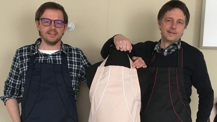 Matthias (links) und Marcus Pöllmann mit ihren Küchenschürzen.