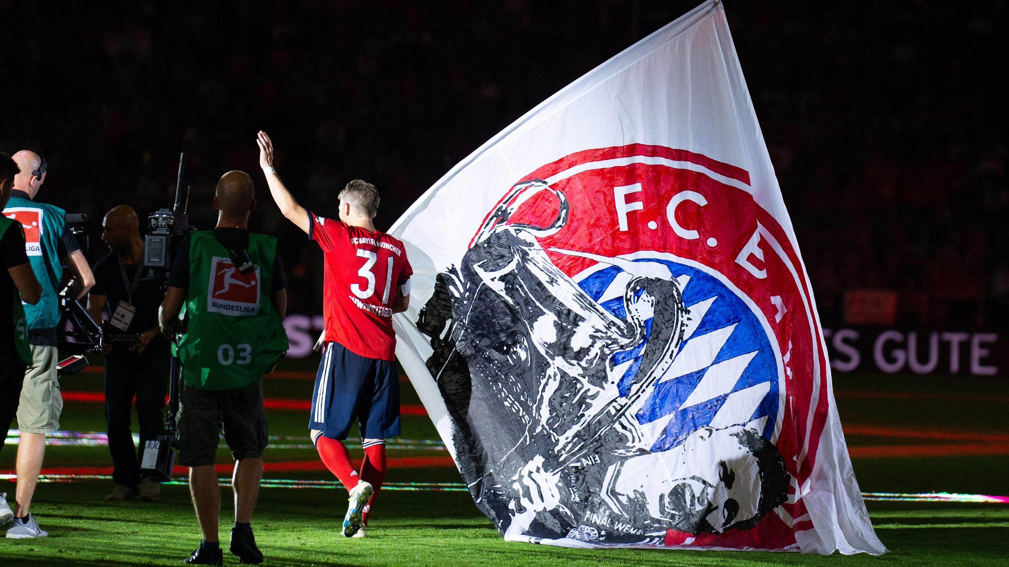 Bastian Schweinsteiger auf der Ehrenrunde mit Fahne
