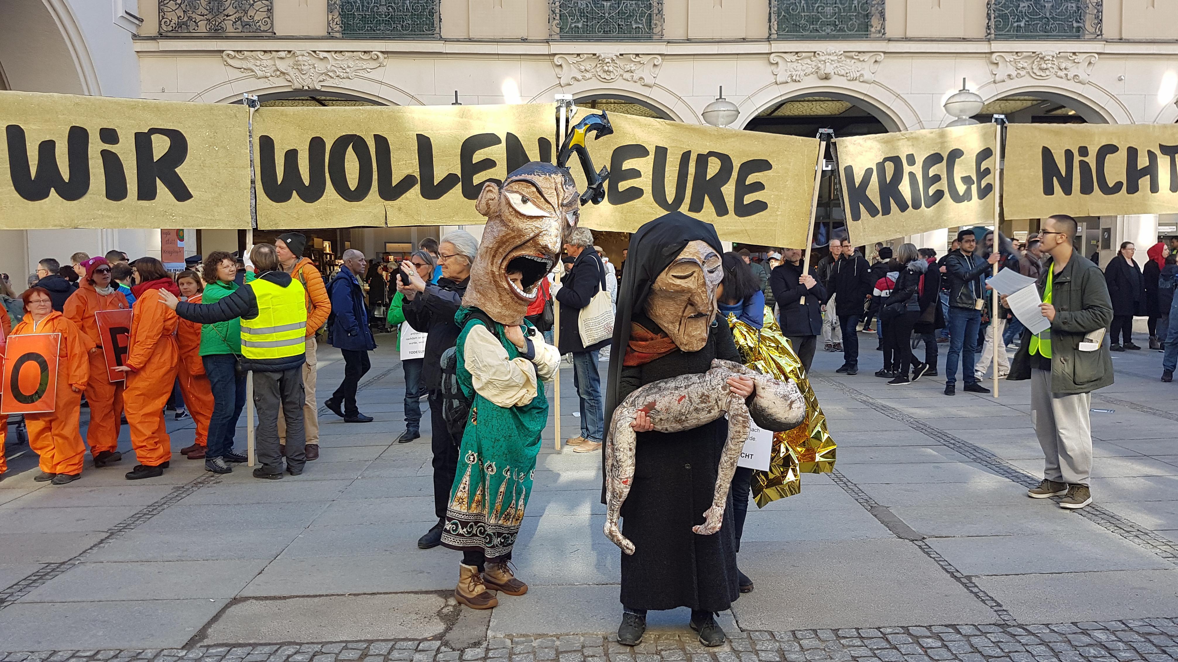 Demonstration gegen die Sicherheitskonferenz auf dem Münchner Karlsplatz.