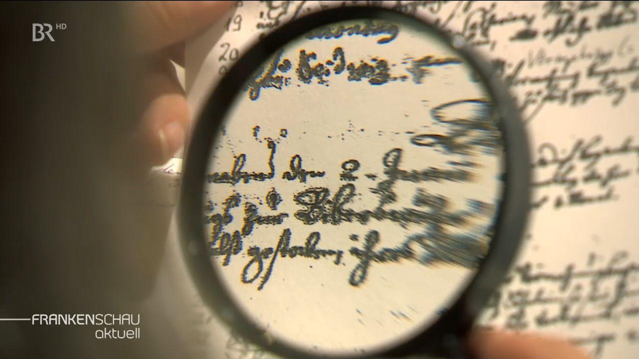Alte Handschriften unter einer Lupe