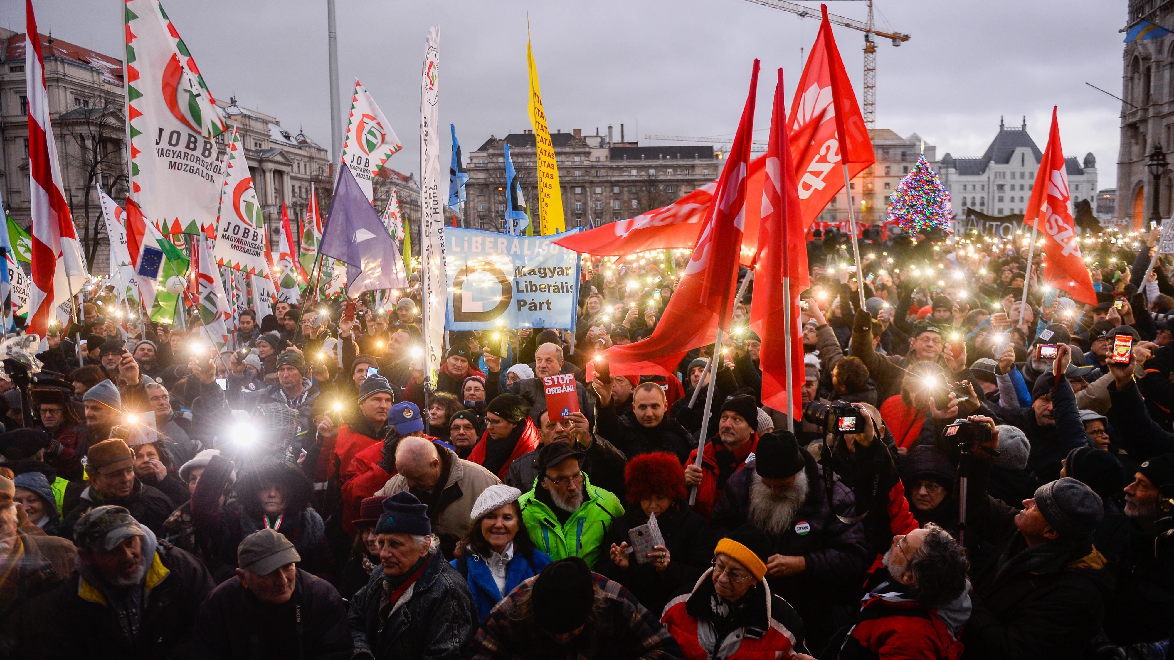 Demonstranten in Ungarns Hauptstadt Budapest leuchten mit den Lampen ihrer Smartphones.