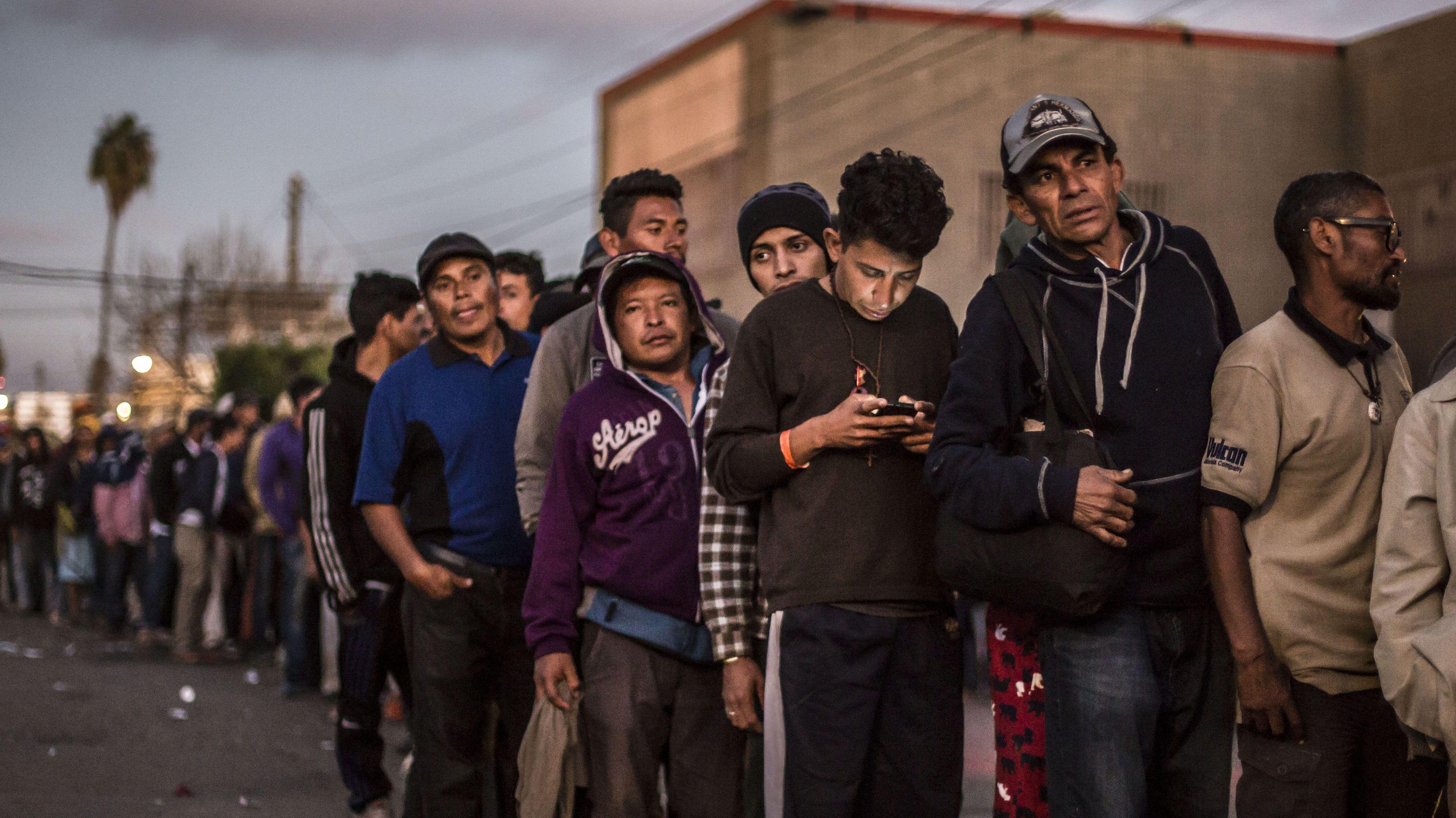Mexiko, Tijuana: Migranten stehen an einer Essensausgabe Schlange