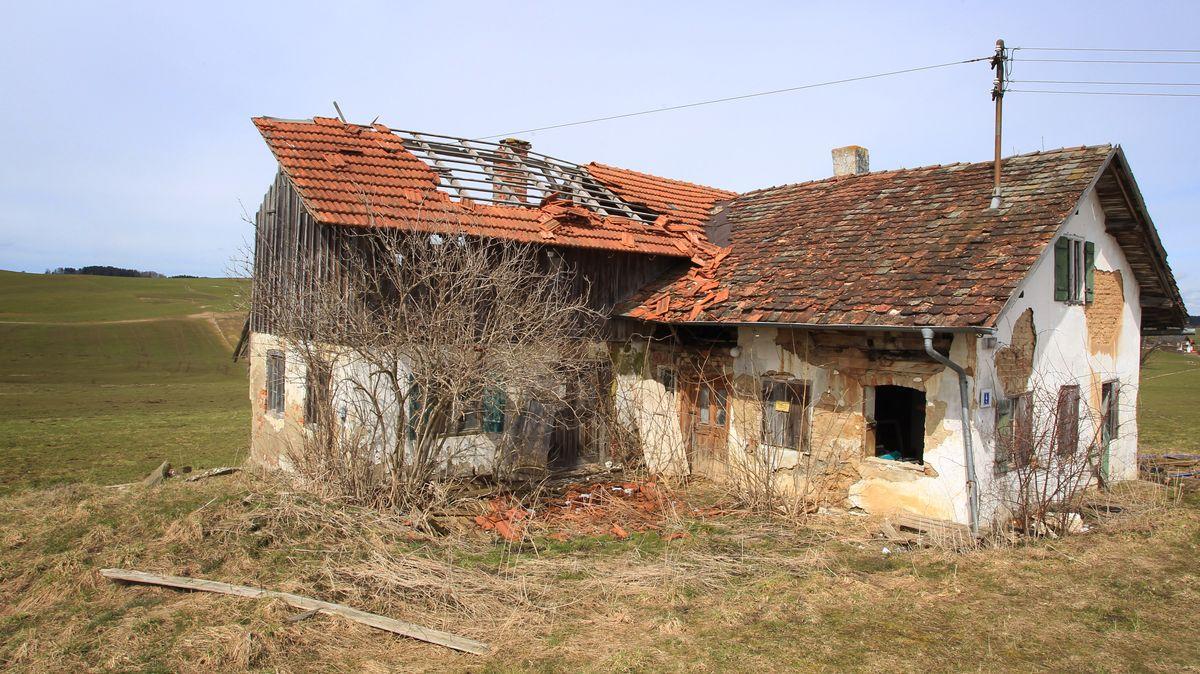 Ein verfallener kleiner Bauernhof aufgenommen bei Lengenwang