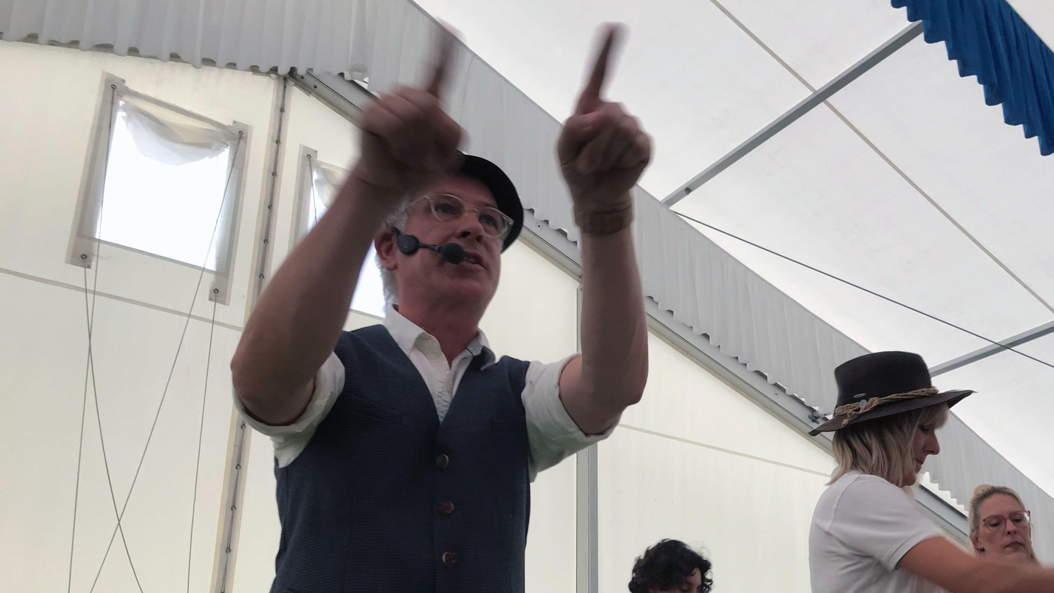 """""""Zum Ersten, zum Zweiten, zum Dritten!"""" Rund 1.000 interessierte Schnäppchenjäger haben auf der Altdorfer Wiesn mitgeboten."""