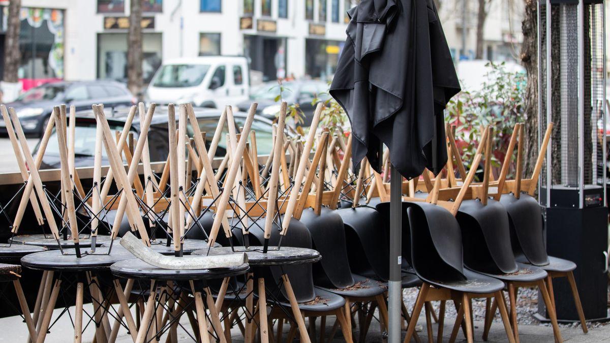 Zusammengestellte Tische und Stühle.