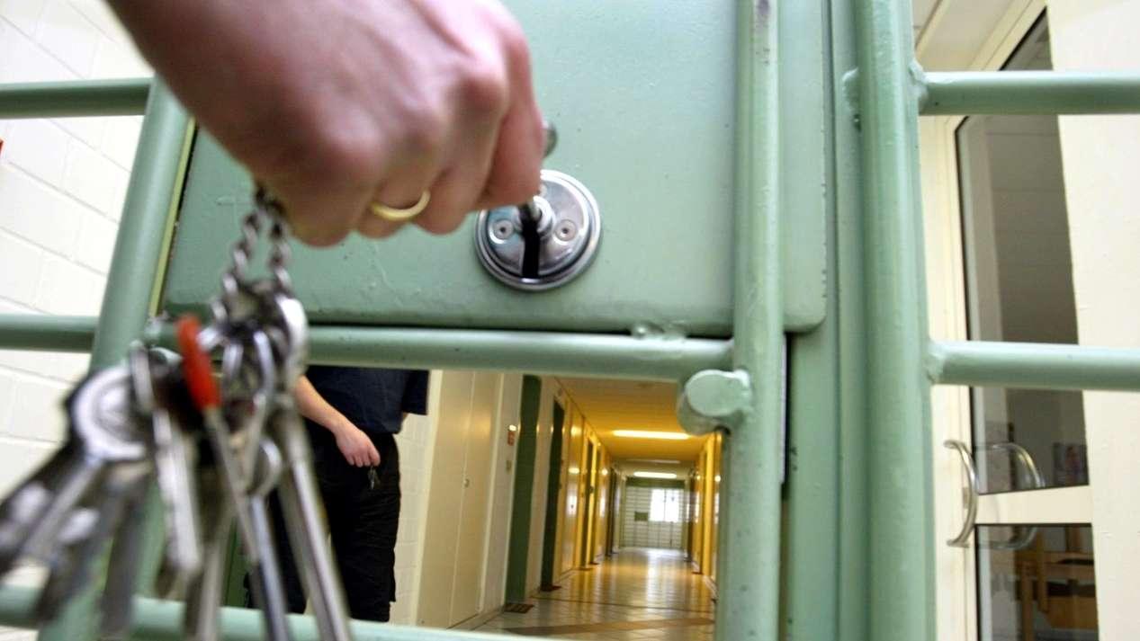 Symbolbild: Absperren eines Gefängnistraktes