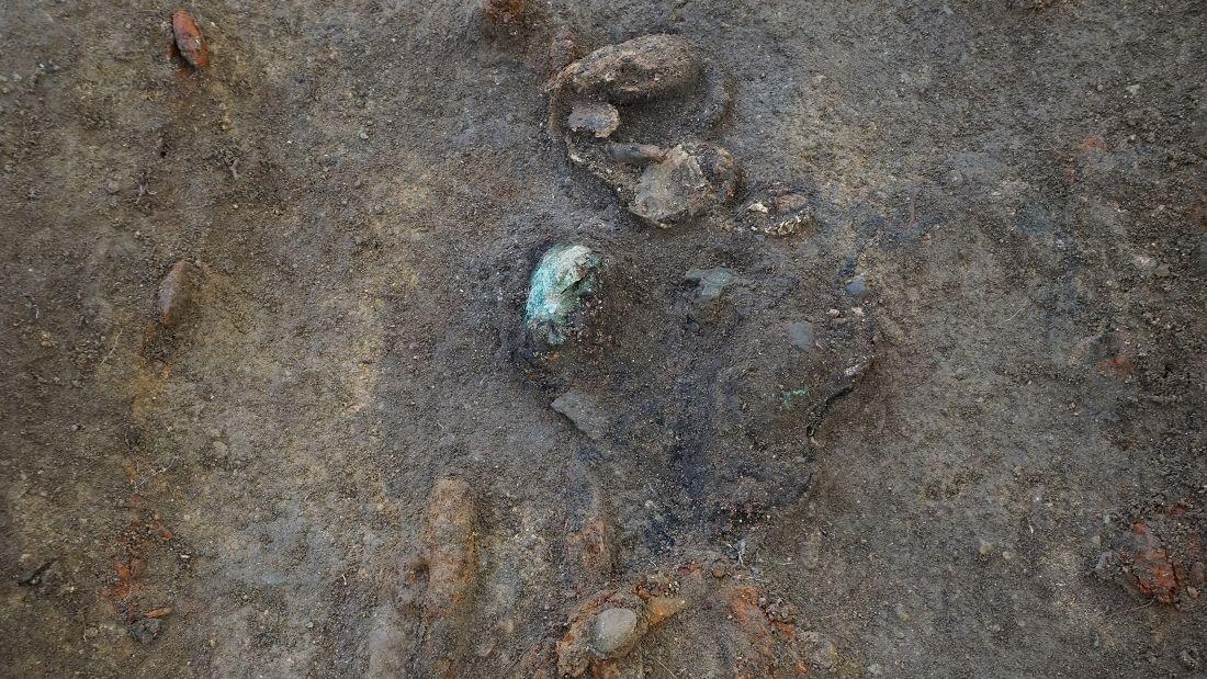 Obwohl die Bodeneigenschaften in der Ausgrabungsregion eher ungünstig für den Erhalt von Knochen sind, fand man Reste des Frauenschädels.