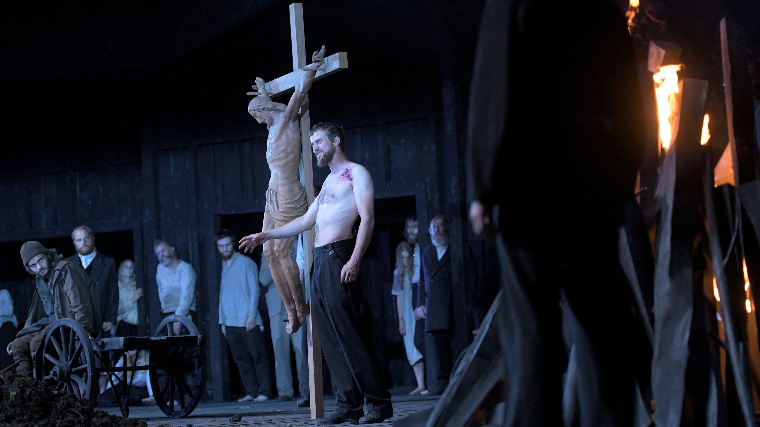 """Rochus Rückel als Faistenmantl (l) und Benedikt Geisenhof als Pfarrer (M) stehen bei der Probe zu """"Die Pest""""."""