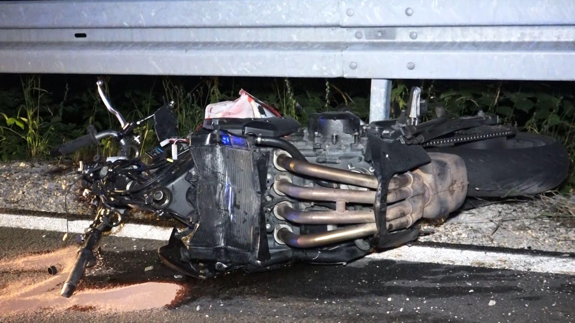 Zerstörtes Motorrad an einer Leitplanke
