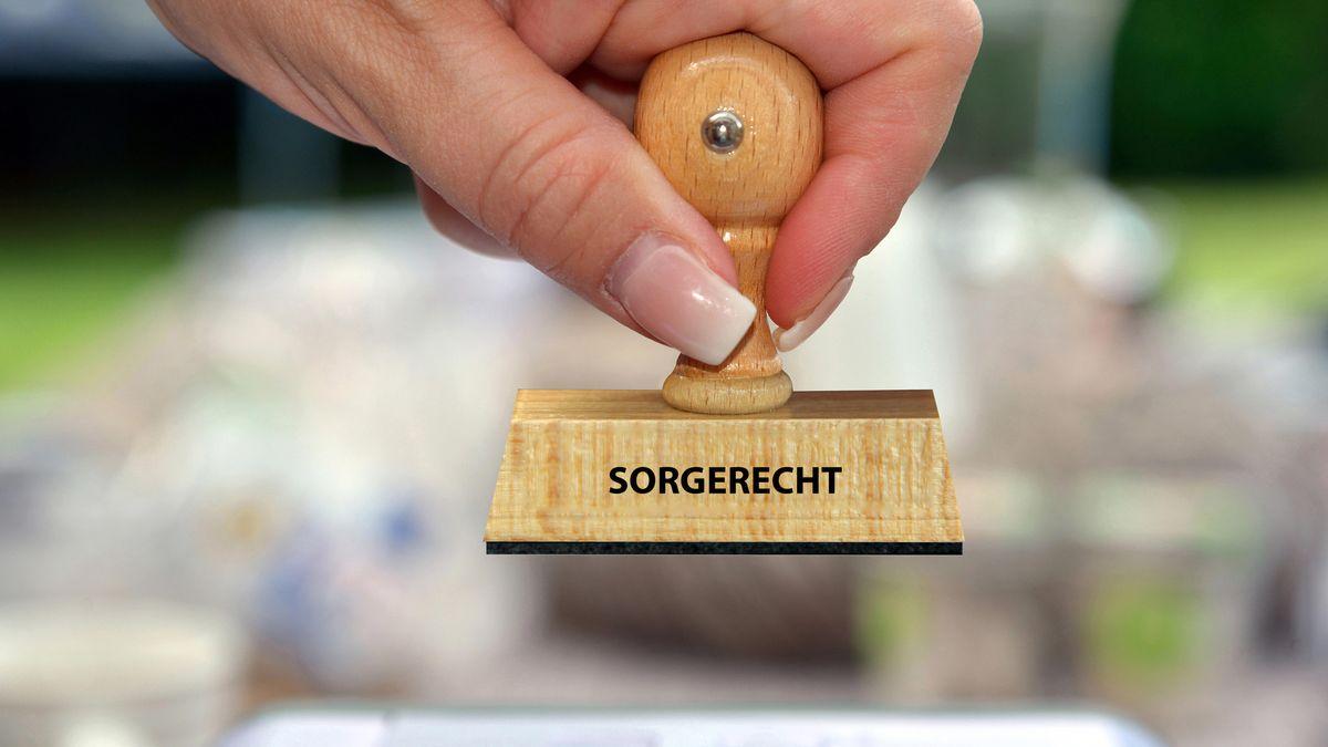 """Ein Stempel mit der Aufschrift """"Sorgerecht""""."""
