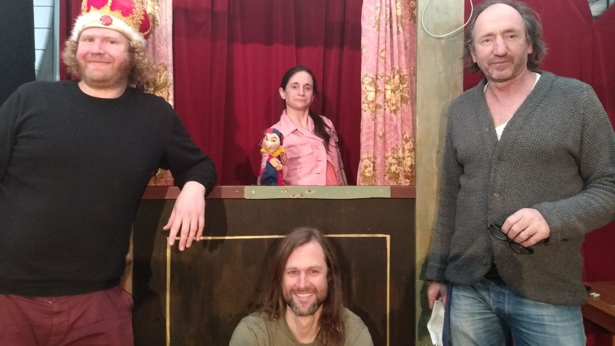 Ferdinand Roscher (Mitte unten), Gabriel Drempetic alias König Semmelwurst (links), Puppenspielerin Panja Rittweger (Mitte oben), Autor Michael Schramm (rechts).
