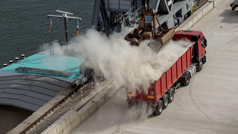Entladen von Kies auf einen Lkw, Löschen einer Ladung, Rhein-Hafen in Bonn