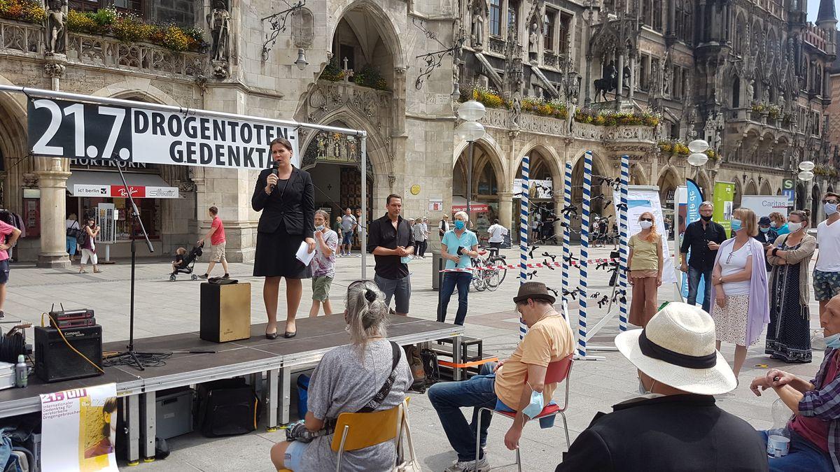 Mitarbeiter des Caritasverbands des Erzbistums München und Freising auf der kleinen Bühne am Marienplatz