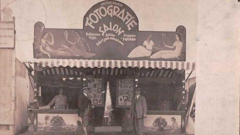 Schwarz-Weiß-Fotografie des Fotografie-Salons mit zwei Männern am Eingang.