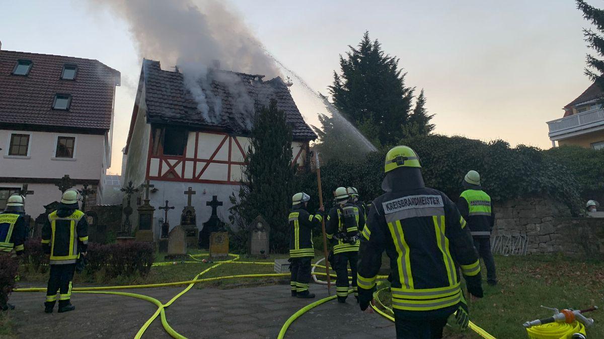 Feuerwehrleute löschen einen Brand in Kleinochsenfurt.