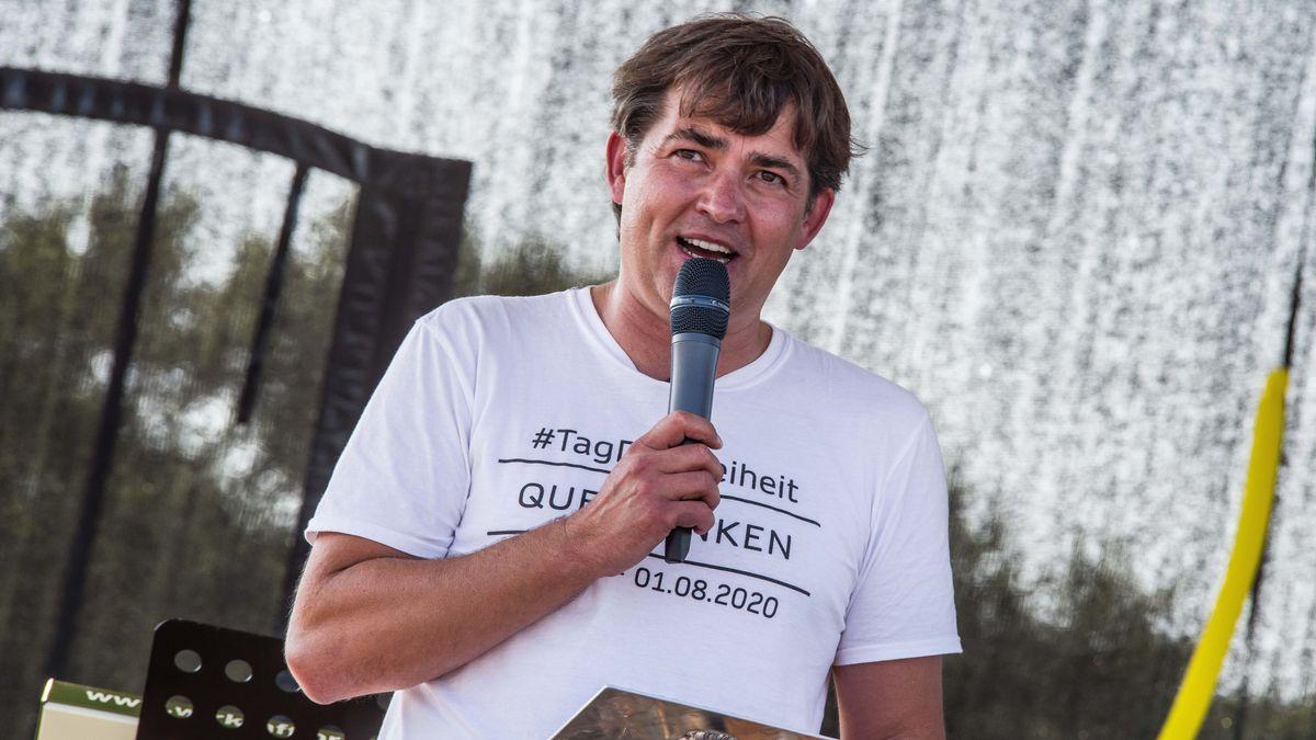 Querdenken-Sprecher auf der Bühne