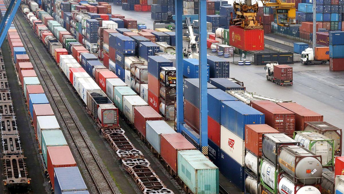 Nordrhein-Westfalen, Duisburg: Container stehen im Container-Terminal im Duisburger Hafen neben einem Zug aus China. (Symbolbild)