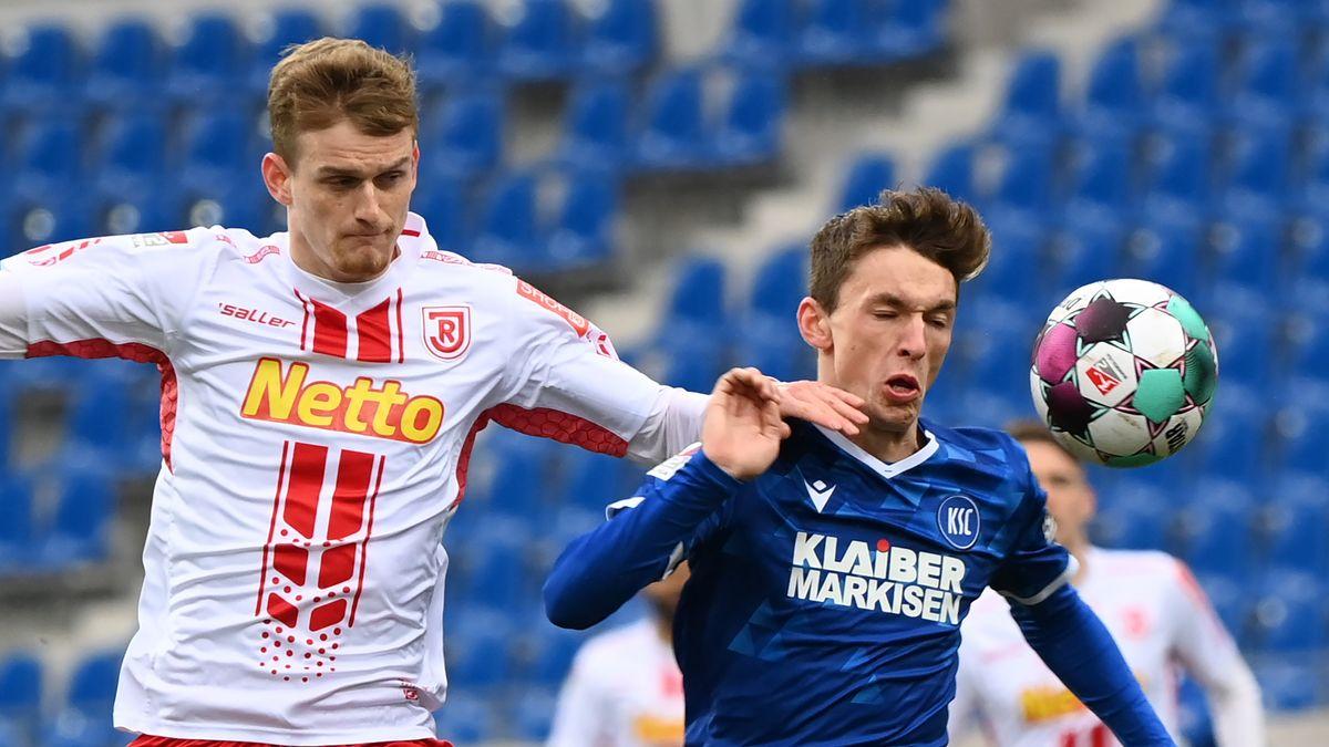 Spielszene Karlsruher SC - Jahn Regensburg