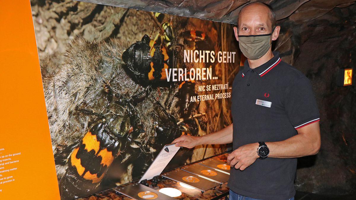 Achim Klein, Leiter des Hauses zur Wildnis, an der neuen Station zum Thema Aasforschung.