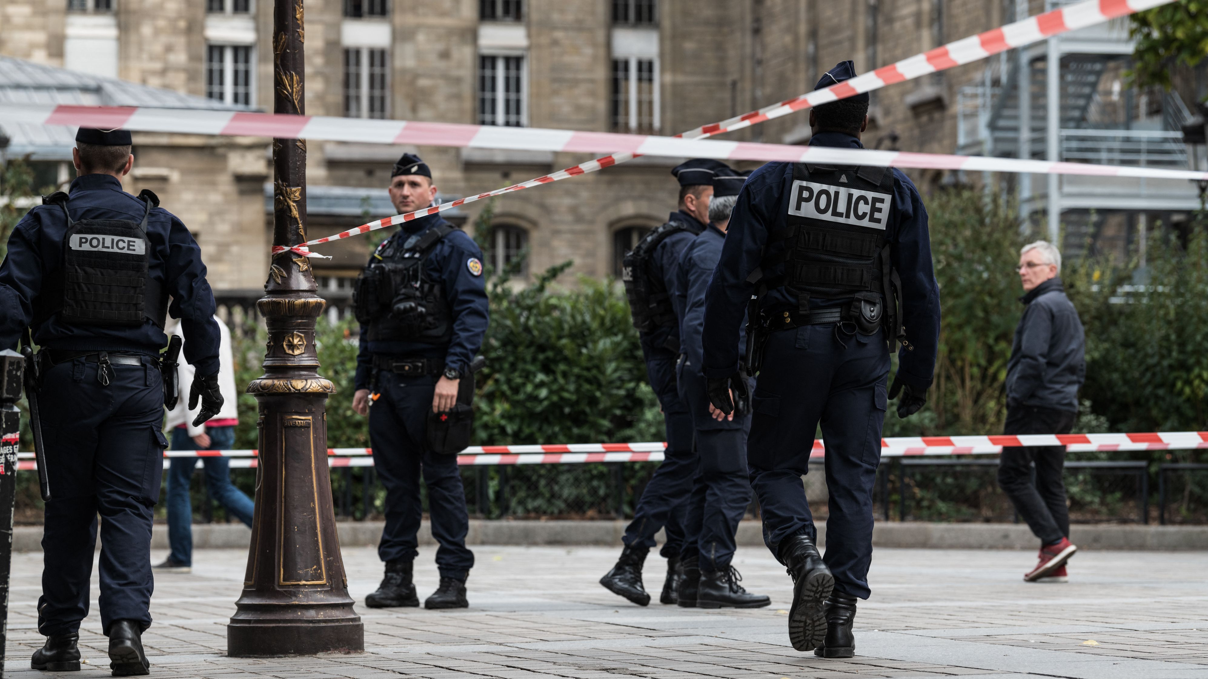 Absperrungen nach der Messerattacke auf Paris Polizeizentrale