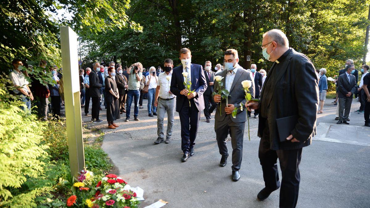 Stephan Doll, Marcus König, Abdul-Kerim Şimşek und Pfarrer Bernt Graßer legen Blumen an der Gedenkstele ab