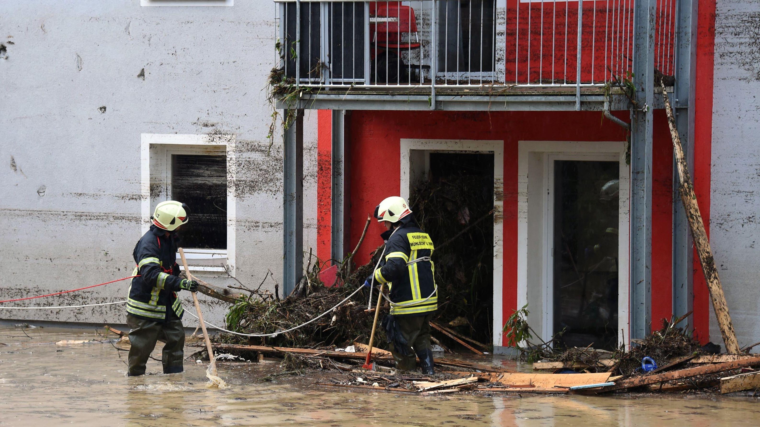 Feuerwehr inspizieren Treibgut in Simach am Inn.