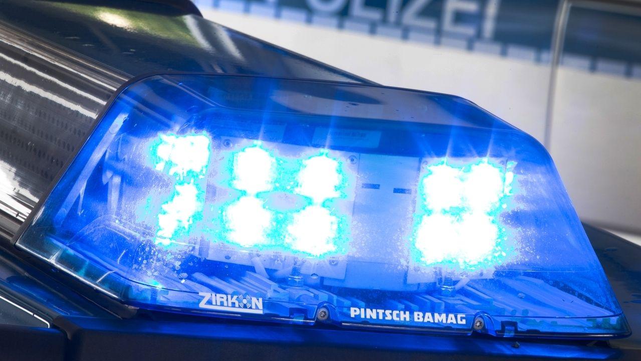 Blaulicht auf dem Dach eines Polizeiautos