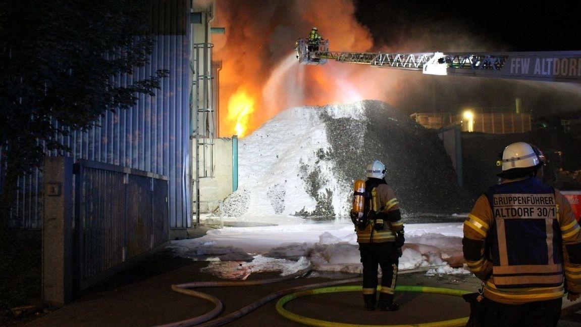 Feuerwehr bei der Bekämpfung des Großbrandes in Wörth an der Isar